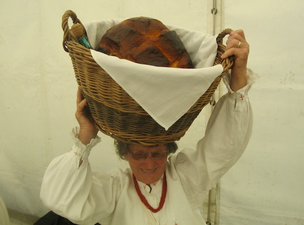 Sadržaj košare za prigled predstavila je Nada Zgorelec pokazuje kako se ne baš laka košara neka dnosila na glavi (Fotografija Miljenko Brezak / Oblizeki)