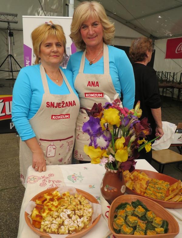 Ana s prijateljicom Snježanom: s tv ekrana za izložbeni stol s pitama (Fotografija Miljenko Brezak / Oblizeki)