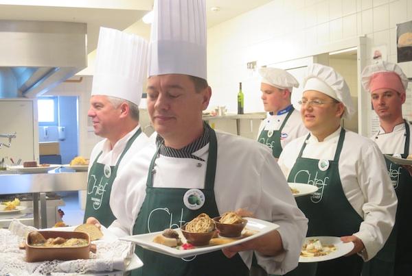 Kuhari izlaze s gotovoim jelima na ocjenjivanje (Fotografija Božica Brkan / Oblizeki)