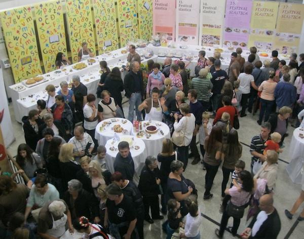 Dio publike razgleda prošlogodišnju izložbu (Fotografija Miljenko Brezak / Oblizeki)