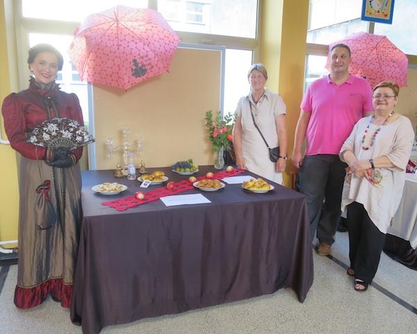 Oko izložbenoga stola iz Madžareva: grofica Lujza, Ana Martan, Tibor Martan i Božica Brkan (Fotograija Božica Brkan / Oblizeki)