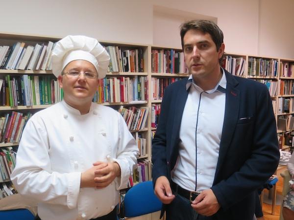 Prvi čovjek pregradskog performansa chef Mislav Božić i prvi čovjek Grada Pregrade Marko Vešligaj (Fotografija Miljenko Brezak / Oblizeki)