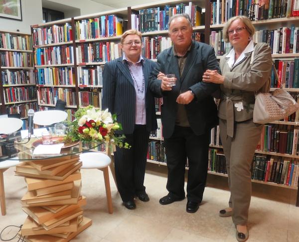 Prijatelji po peru u Gradskoj knjižnici Pregrada: Božica Brkan, Željko Slunjski i Karmen Gumbas (Fotografija Miljenko Brezak)