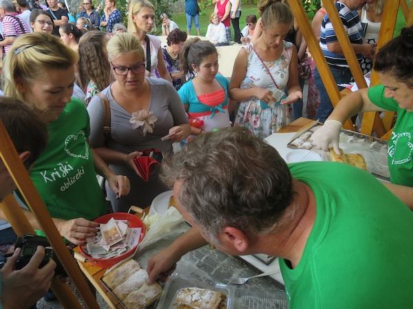 """Svi hoće kupiti """"humanitarnu"""" štrudlu (Fotografija Miljenko Brezak / Oblizeki)"""