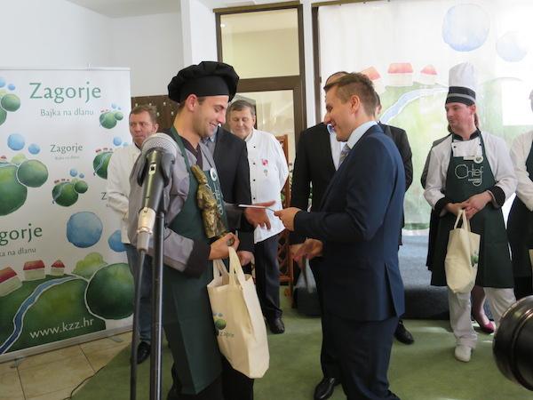 Osvojio i nagradu svoje kuće: chefu Ivanu nagradu uručuje njegov direktor (Fotografija Miljenko Brezak / Oblizeki)