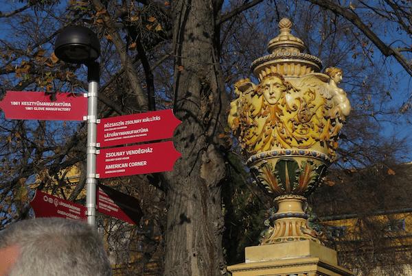 Zsolnayevu kulturnu četvrt Zsolnayeva keramika uljepšava iznutra, ali i izvana (Fotografija Božica Brkan / Oblizeki)