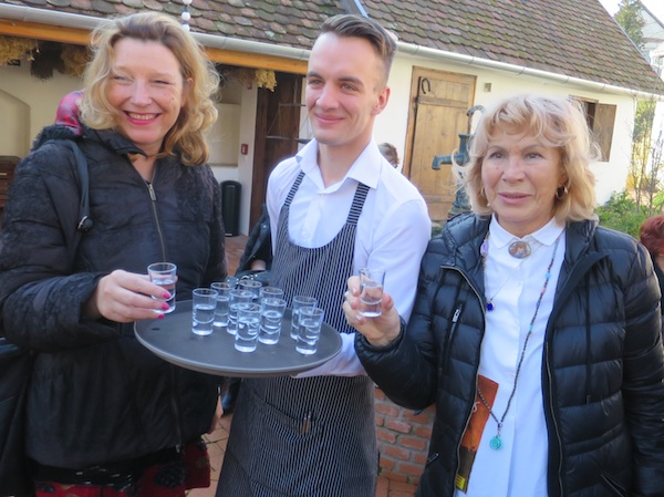 Gastronautice, turističke novinarke i fižetovke Karin Mimica i tina Čubrilo nazdravljaju palinkom od marelica (Fotografija Miljenko Brezak / Oblizeki)