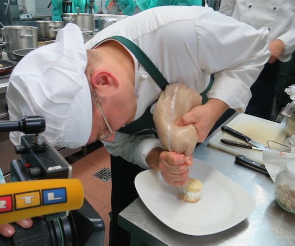 Nije lako dovršavati desert chefu Mislavu Božiću dok su mu u tanjuru i mikrofoni i TV kamere (Fotografija Božica Brkan / Oblizeki)