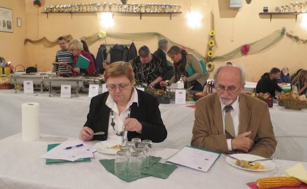 """Dugogodišnji """"vrtni"""" suradnici za istom stolom ocjenjuju jela od kiselog zelja: Božica Brkan ono što nije, a prof. dr. Josip Borošić ono što jest sarma (Fotografija Miljenko Brezak / Oblizeki)"""