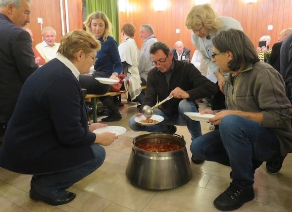 Vaša urednica ima čast da joj svoj šokački grah u tanjur stavlja chef Mišo Šarošac (Fotografija Miljenko Brezak / Oblizeki)