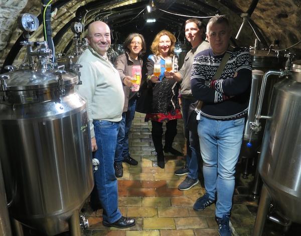 U podrumu minipivovare dio gostiju novinara iz Hrvatske (Fotografija Miljenko Brezak / Oblizeki)