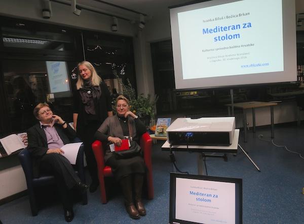 S predstavljanja: nBožica Brkan I ivanka Biluš u društvu Jadranke Račić, voditeljice Knjiženice S.S. Kranjčević (Fotografija Miljenko Brezak / Oblizeki)