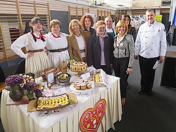 U vedrom tonu uz stol gospođe nade dio organizatori i ocjenjivački sud (Fotografija Miljenko Brezak / Oblizeki)