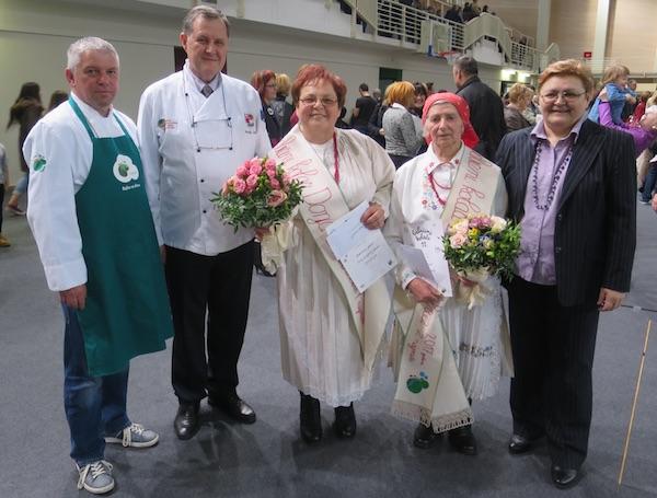 Zdenkica Ljubić i Olga Hršak, dvije prvonagrađene babice s ocjenjivačkim sudom u Donjoj Stubici (Fotografija Miljenko Brezak / Oblizeki)