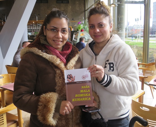 Sestre Mirela beko i Ana kranjec sa svojom knjigom (Fotografija Božica Brkan / Oblizeki)