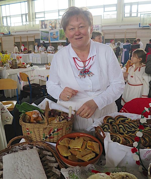 Božica Lackovića sa svojim izložbenim stolom na 11. Babičinim kolačima u Donjoj Stubici (Fotografija Miljenko Brezak / Oblizeki)