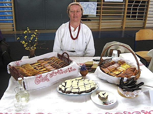 Marija Blagec sa svojim izložbenim stolom na 11. Babičinim kolačima 'Fotografija Miljenko Brezak / Oblizeki)