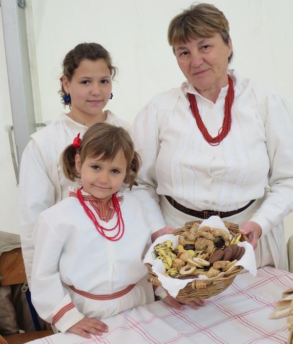 S unučicama Mijom i Larom te suhim kolačićima kakve svi vole (Fotografija Miljenko Brezak / Oblizeki)
