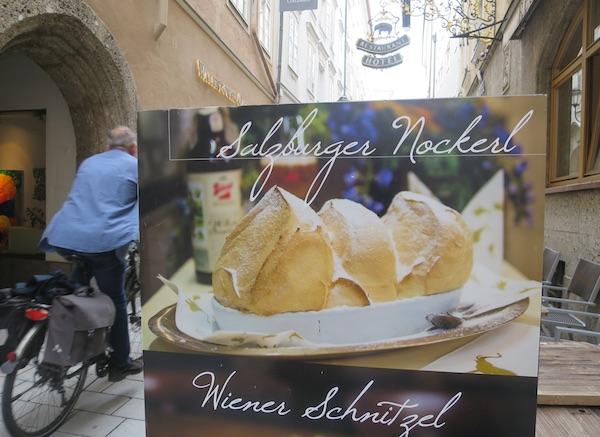 Jedan od uličnih poziva u neki od reestorana u središtu Salzburga na njihov slatki specijalitet (Fotografija Božica Brkan / Oblizeki)