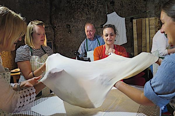Razvlačenje tijesta za savijaču (Fotografija Božica Brkan / Oblizeki)