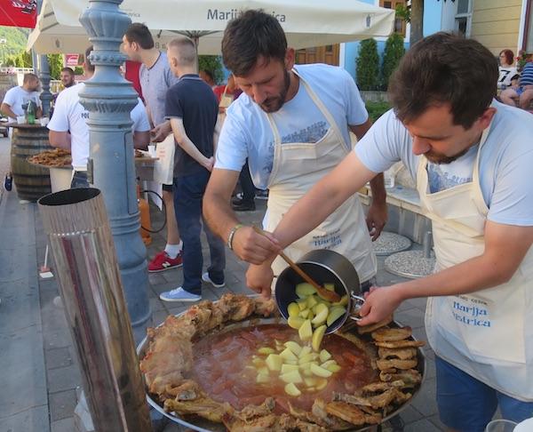 Dio plehmužikaša i ekipe MO Marija Bistrica kuhani krumpir dodaje gotovoj kotlovini (Fotografija Miljenko Brezak / Oblizeki)