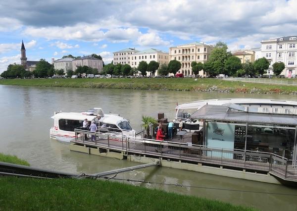 Amfibija kreće i vraća se vodom, rijekom Salzach, a između toga grad obilazi na kotačima (Fotografija Oblizeki)
