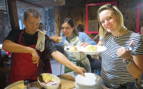 Slatki završetak škole kuhanja: predavač Johann Bauer, Aleksandra Ignatoski i Tihana Veljačić (Fotografija Božica Brkan / Oblizeki)