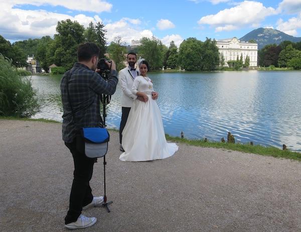 Mladenci Turci na fotosešnu na jezeru Leopoldskron ispred istoimenoga dvorca u kojem je sniman mjuzikl Moje pjesme moji snovi (Fptografija Božica Brkan / Oblizeki)