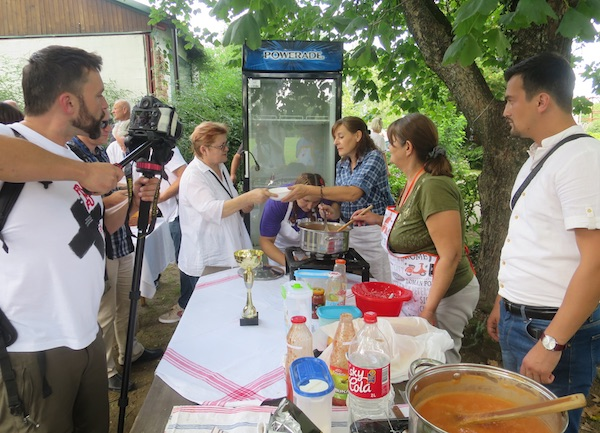Urednica Oblizeka raspituje se o detaljima pripreme bošpora (Fotografija Miljenko Brezak / Oblizeki)