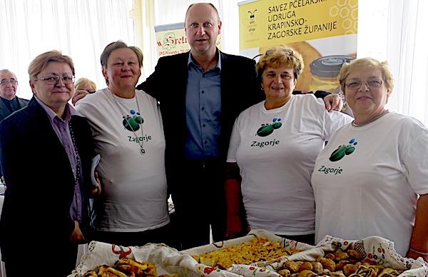 Župan Željko Kolar, a niti urednica Oblizeka Božica Brkan, nisu propustili fotografirati se s pobjednicama Babičinih kolača (Fotografija Miljenko Brezak / Oblizeki)