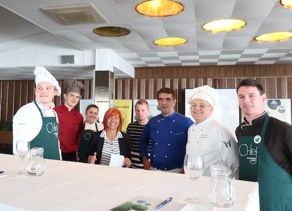 Ana ??? s kuharima i kuharicom na natjecanju za 7. Zagorskog Chefa (Fotografija Miljenko Brezak / Oblizeki)