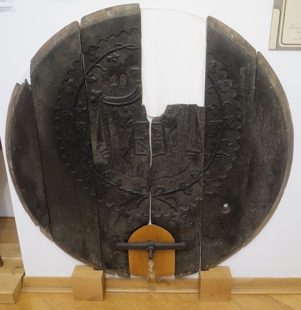 Djelomice sačuvana okrugla prednjica bačve iz Staroga podruma (Fotografija Božica Brkan / Oblizeki)