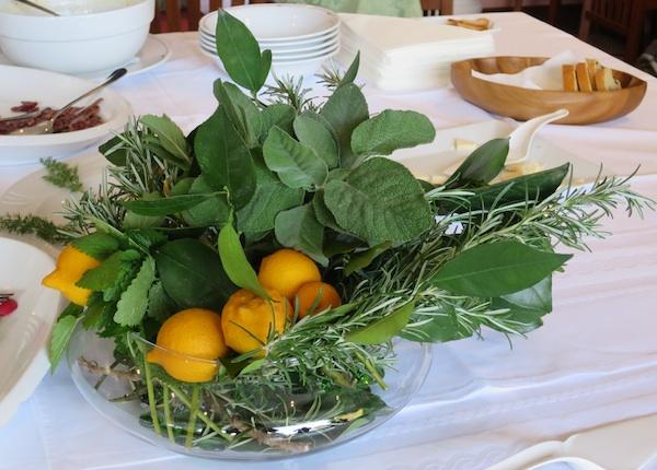 Začinsko bilje s lovorom dio aranžama u restoranu Artatore na Lošinju (Fotografija Božica Brkan / Oblizeki)