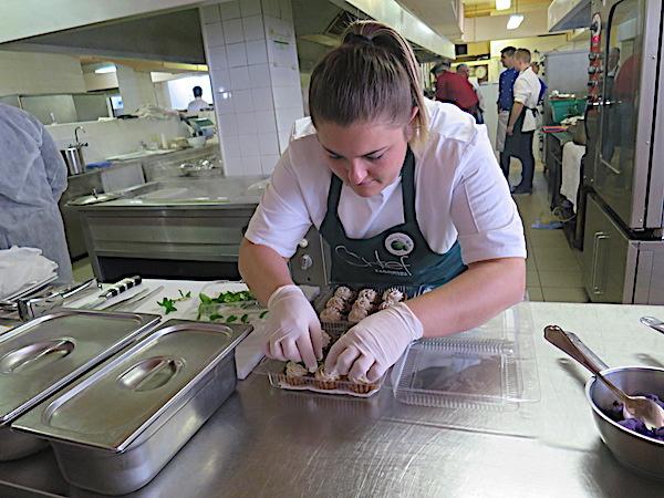 Chefica Nikolina priprema svoj desert (Fotografija Miljenko brezak / Oblizeki)