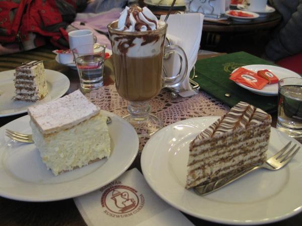 Dobro društvo na stolu Ruszwurm Cukrászde (Fotografija Božica Brkan / Oblizeki)