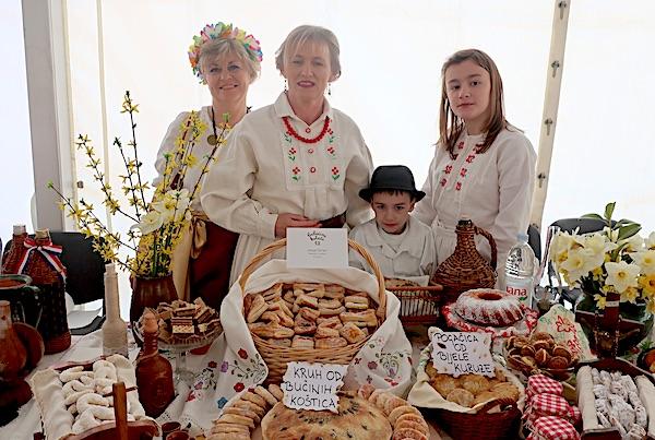 Sanja Čaćko za svojim izložbenim stolom (Fotografija Miljenko Brezak / Oblizeki)