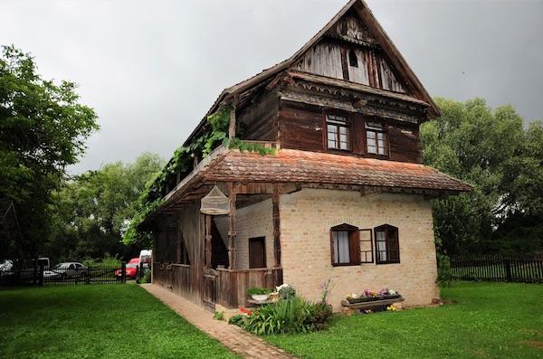 Jedan od obnovljenih čardaka u Etnoselu Stara Lonja (Fotografija Marko Čolić)
