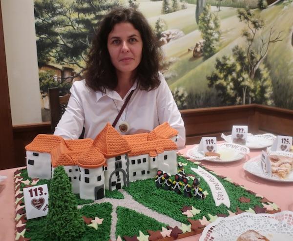 Nikolina Horvat Rabuzin sa svojom tortom Stari grad Varaždin (Fotografija Miljenko Brezak / Oblizeki)