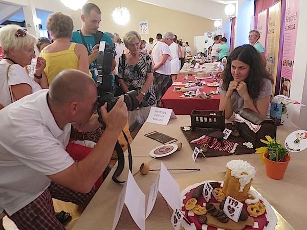 Fotoreporter Dražen Kopač snima višestruku pobjednicu Kriških oblizeka Nikolinu Horvat Rabuzin iz Varaždina (Fotografija Miljenko Brezak / Oblizeki)