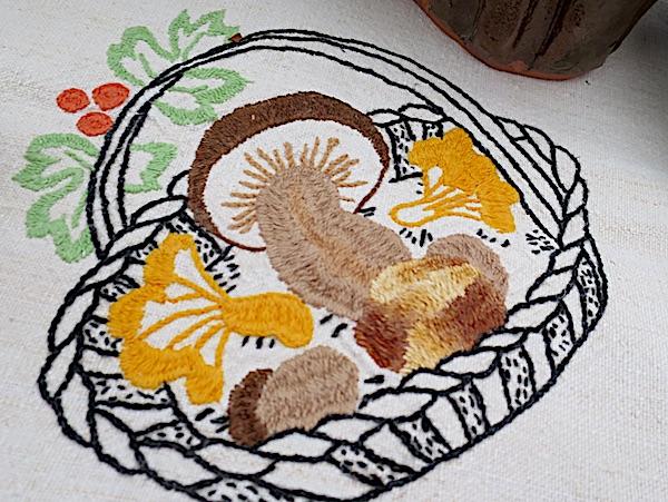 Koliko Zagorci vole gljive, pokazuje i detalj veza gljivarice Nade Tučkar, koja se vrlo uspjelo ogledala i na natjecanjima u pripremi tradicionalnih jela i kolača (Fotografija Božica Brkan / Oblizeki)