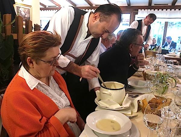 Posluživanje krem juhe od čičoke Božici Brkan u zagrebačkom restoranu Potkova (Fotografija Miljenko Brezak / Oblizeki)