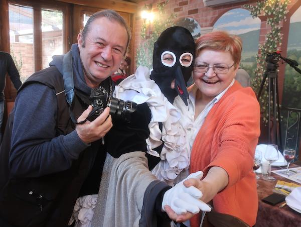 S fašničke konferencije za novinare slavni fotić iz Ruda Romeo Ibrišević, fašnička princeza Sraka i Božica Brkan, urednica Oblizeka (Fotografija Miljenko Brezak / Oblizeki)