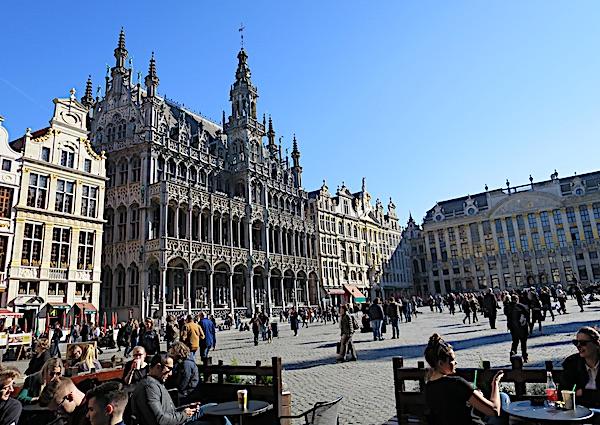 Lijep, osunčan glavni Bruxelleski trg iz opuštene sjedeće perspektive (Fotografija Božica Brkan / Oblizeki)