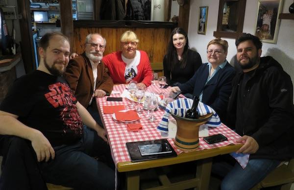 Dvije generacije za stolom: Ivan Brezak Brkan, MIljenko Brezak, Dobrila Kezele, Iva Soldo, Božica Brkan i Janko Kezele (Fotografija Oblizeki)