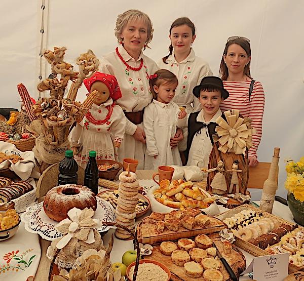 Sanja Čaćko s dijelom obitelji za svojim izložbenim stolom (Fotografija Miljenko Brezak / Oblizeki)