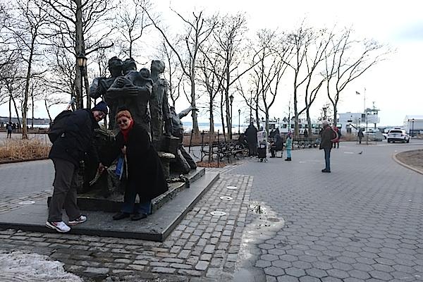 Opće mjesto: fotografirati se odmah na kopnu s kipom posvećenom imigrantima (Fotografija Miljenko Brezak)