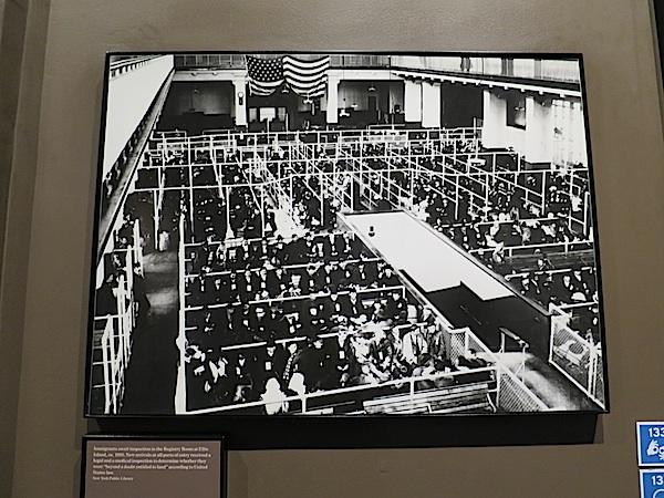 Velika dvorana prepuna u očekivanju za razgovor (Presnimljeno u Imigrantskom muzeju)