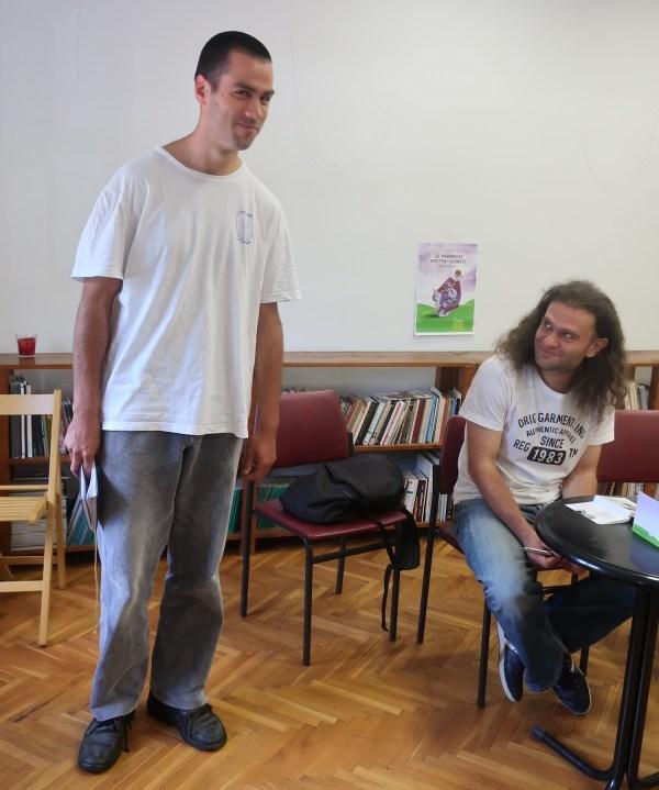 Mladi romanopisac Denis Vidović i njegov urednik Siniša Matasović na jednom od, rpije koronske zatvorenosti, brojnih sisačkih književnih događaja (Fotografija Miljenko Brezak / oblizeki)