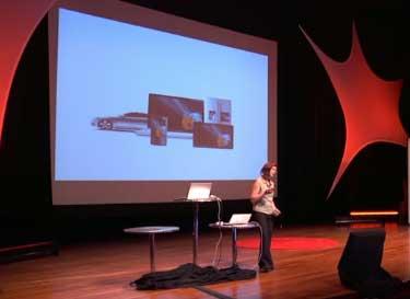 En la diapositiva de la presentación el logo de Mozilla aparece sobre una diversidad de objetos