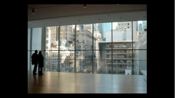 Foto de una vidriera que mira hacia Manhattan desde el MOMA